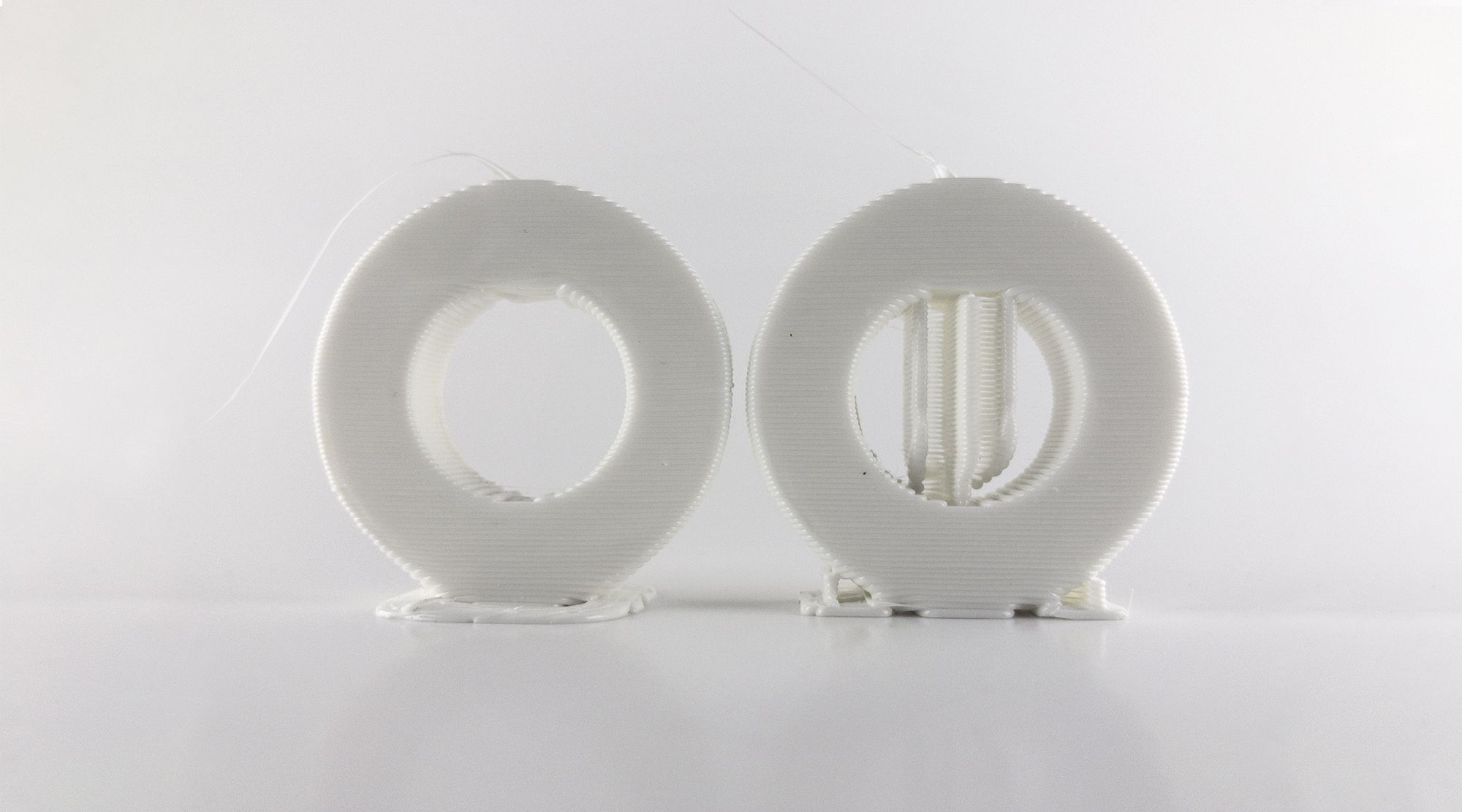 Two 'O'-shaped models printed without and with supports